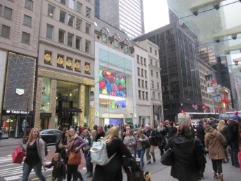 121518 Throngs in Manhattan and video on store front